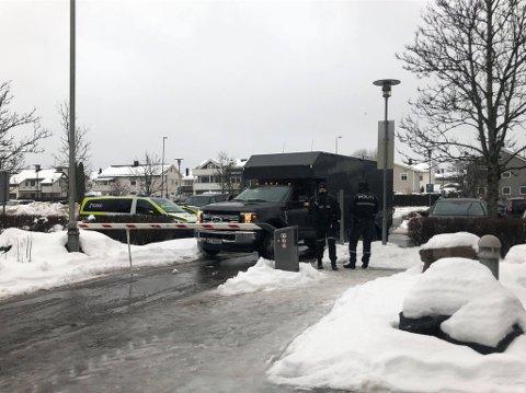 PÅ PLASS: Politiets bombegruppe har ankommet Lillestrøm politistasjon.