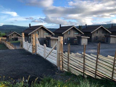 UENIGHET RUNDT HYTTESALG: Thomas Gundersen og Thea Andenæs overtok en hytte på Skeikampen for tre år siden, men kjemper fremdeles for å få tilbakebetalt 30.000 kroner de mener de har krav på.