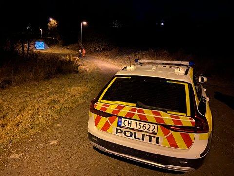 ÅRNES: En bil havnet på togskinnene i Årnes sentrum etter en biljakt lørdag kveld.