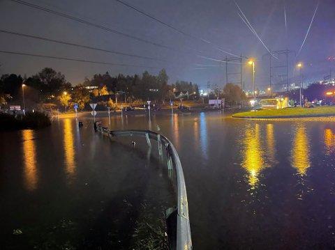 VÅTT: Sånn så det ut ved rundkjøringa ved R163 og Fylkesvei1514 på Lørenskog søndag kveld. Veien er stengt.