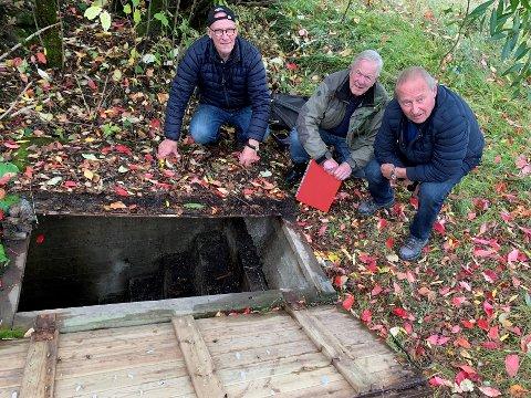SJELDENHET: Vidar Larsen, Steinar Bunæs og Roald Hansen ved inngangen til bunkeren på Riistoppen, omkring to kilometer fra Kjeller. Bunkeren har innvendig høyde 2,5 meter og er omkring 40 kvadratmeter stor.
