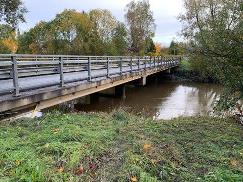 LITE VANN: Vannstanden har sunket betraktelig siden helga, men brua ble ikke åpnet før torsdag morgen.