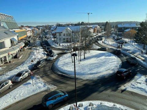 LANGE KØER: Slik var køen gjennom sentrum lørdag. Sentersjef Jon Bakke opplyser at han var forberedt på mange kunder.
