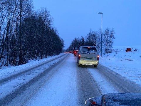 - OVERRASKENDE: Til tross for noe snø, synes RB-leseren det var overraskende å møte køen onsdag morgen.