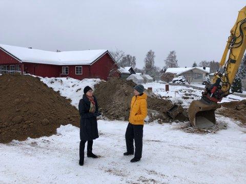 Sissel Dønnum Rosenlund (t.v) og Oddrun Espelund bor i området. De er ikke direkte naboer til denne utbyggingen og får derfor ikke nabovarsel, men føler usikkerhet med tanke på hva som skjer rundt dem.
