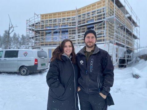 BYGGER HELT NYTT: Silje Melnes og Martin Smedsrud bygger funkis-drømmen og håper på å bli ferdige i løpet av sommeren.