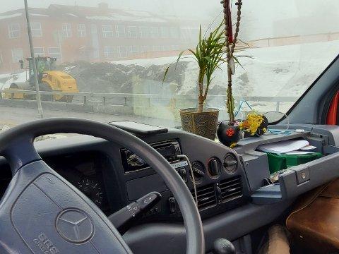 IKKE GREIT: Statens vegvesen reagerte på blomsterpotta på dashbordet da de stanset denne varebilen tirsdag.