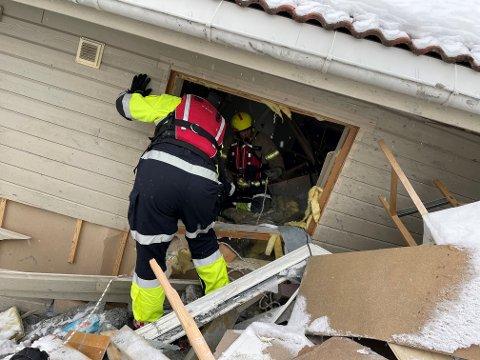 KREVENDE: Her tar brannmannskaper seg inn i en av de evakuerte boligene i skredområdet for å hente ut eiendeler i restverdiredningen.