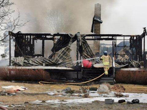 BRANT NED: Bolighuset er totalskadd etter brannen torsdag morgen.
