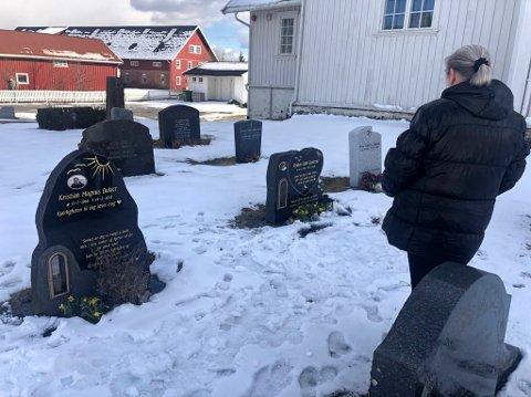 Mona Bukier brukte lang tid på å utforme  de to gravsteinene etter to av sine kjæreste. Nå gruer hun seg til å besøke gravene.