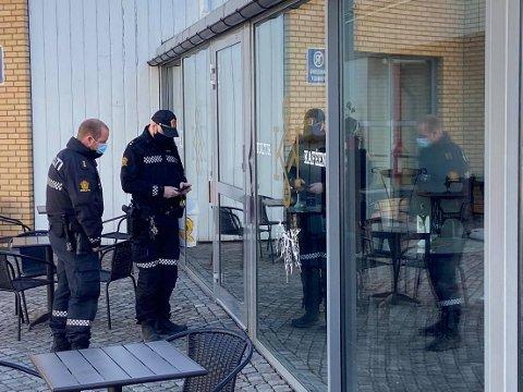 UNDERSØKER: Politiet gjorde tirsdag morgen flere undersøkelser i forbindelse med innbruddet på Nes kulturhus.