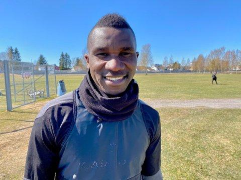 TRIVES: Ifeanyi Mathew koser seg med fotballen igjen etter en vanskelig periode da han startet året med ulovlig opphold i Norge.