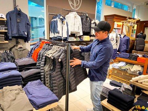 ALT KLART: Daglig leder og partner, Haakon Marius Dahl, har brukt de siste dagene på å gjøre butikken klar for en mulig gjenåpning. Nå har de fått grønt lys fra regjeringen, og butikken er klar for å ta imot kunder allerede mandag.