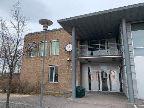 HOVEDINNGANGEN: Slik så det ut ved inngangspartiet til Kjellervolla skole etter at vandaler med sprayboks hadde vært på besøk.