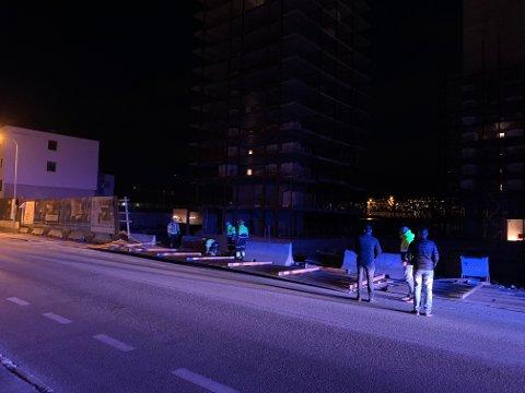 BLÅSTE NED: En levegg har blåst over ende i Sørumsgata i Lillestrøm.
