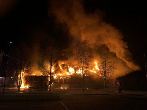 BRANT NED: Den kraftige brannen kunne ses på flere kilometers avstand da flammene slo ut av Nav-byggetnatt til 2. påskedag i 2019. Foto: Marlene Ekre
