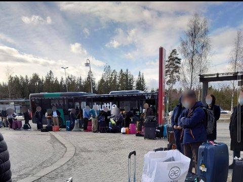 KARANTENEBUSS: Paret nektet å sette seg på bussen som skulle frakte dem til karantenehotellet. Dette bildet viser reisende som venter på å sjekke inn på et av hotellene på Gardermoen tidligere i år.
