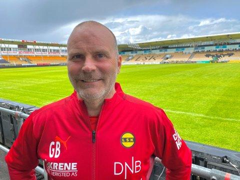 BANESKRYT: LSK-trener Geir Bakke mener at den nye Åråsen-matta er over all forventning allerede.