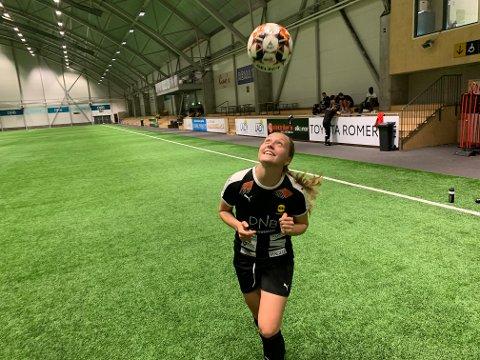 Artist: Camilla Linberg håper hun kan varte opp med en del tryllekunster med ballen når LSK Kvinner serieåpner lørdag. 22-åringen har i alle fall høye forventninger til seg selv.