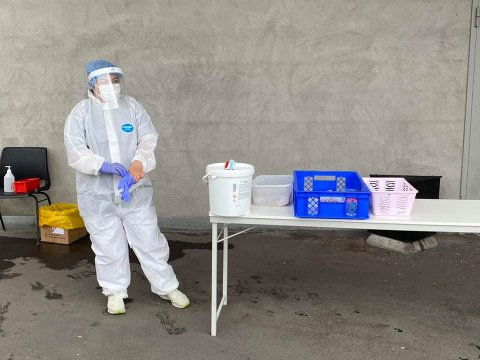 TILBYR DROP-IN-TESTING UTENFOR BUTIKKER: For å få kontroll på smittesituasjonen drar Lørenskog kommune nå rundt med mobile teststasjoner for å få flere til å teste seg.