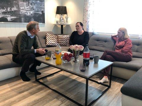 Jonas Gahr Støre på besøk hos Almira Lokaj-Berbati i Nannestad. Anniken Huitfeldt var også til stedet.