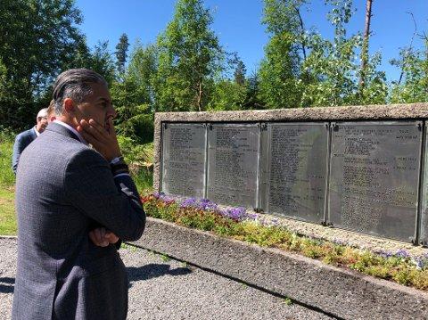 Kulturminister Abid Raja besøkte Trandumskogen etter den fatale hogsten. Her foran tavla med navn på alle som ble henrettet.
