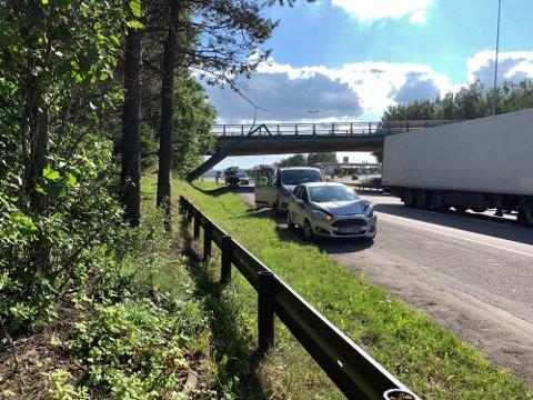 SMELL: Flere biler var involvert i trafikkulykken på E6 som skal ha blitt forårsaket av en mann som løp ut på motorveien.