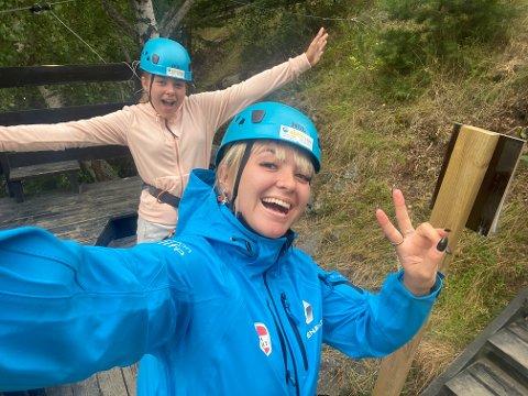 KJENDISENS SOMMERFERIE: Her er Alexandra Rotan og lillesøster Cornelia Rotan i Lom, hvor de kjørte Zip-line over elva. Et fast stoppested på vei til Stadlandet.
