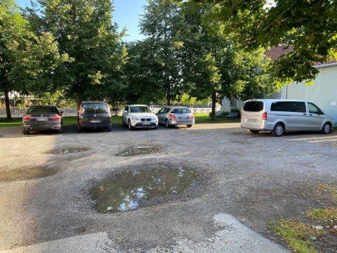 Områdene utenfor Doktorgården, Lærerboligen, Uthuset og Snekkerverkstedet i Lillestrøm er i dag i stor grad brukt til parkeringsplasser. Det syns Lillestrøm Venstre er synd.
