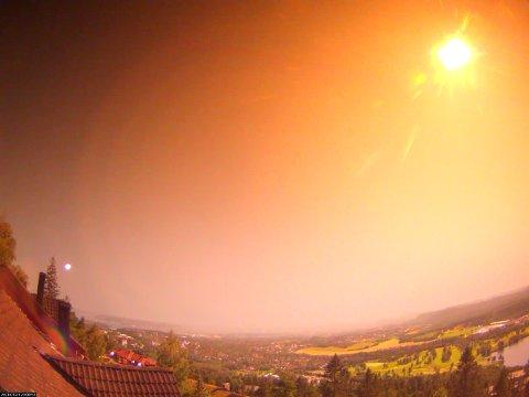 Oslo 20210725.  En uvanlig stor meteor var i natt synlig over store deler av sørlige Skandinavia og gav et kraftig lysglimt over Østlandet. Mange hørte også en buldrende lyd etterpå. Meteoren kom til syne klokka 01:08:47 natt til 25. juli og var synlig i ca. 5 sekund. Bildet under viser ildkula sett fra Oslo idet den er i ferd med å slokne. Foto: Norsk Meteornettverk / NTB