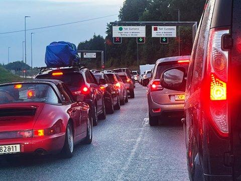 Mandag kveld var det lange køer med biler på vei inn til Norge over Svinesund. Foto: