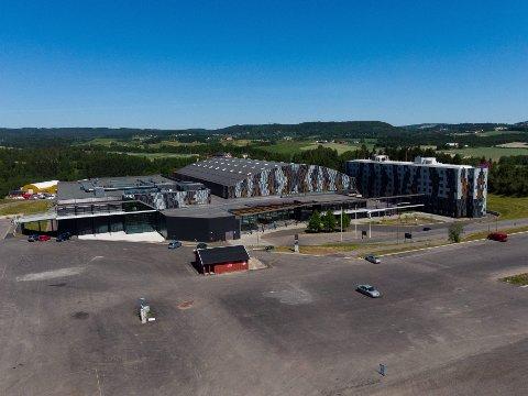 FESTIVALPLASS: Til vanlig er det konferansesenteret og hotellet som tar oppmerksomheten på Hellerudsletta. Neste sommer kan det bli svært folksomt i området rundt når det er planlagt fire store festivaler.