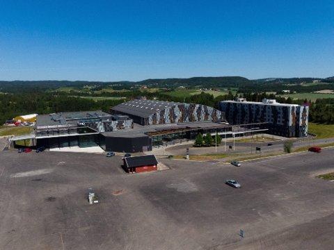 FESTIVALPLASS: Til vanlig er det konferansesenteret og hotellet som tar oppmerksomheten på Hellerudsletta. Neste sommer ville et nystartet produksjonsselskap fire store festivaler på Hellerudsletta, men nå festivalene avlyst og billettsalget stanset.