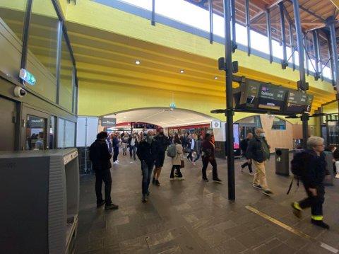 KAOS: Slik ser det ut på Lillestrøm stasjon tirsdag morgen.