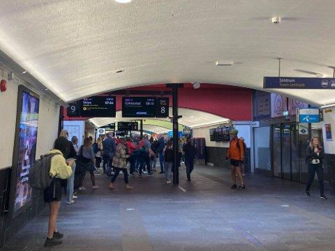 KAOS: Slik så det ut på Lillestrøm stasjon tirsdag morgen.