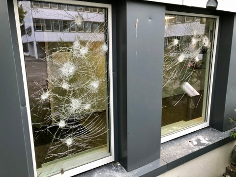 HÆRVERK: Opptil ti vinduer har blitt knuset etter hærverket lørdag kveld.