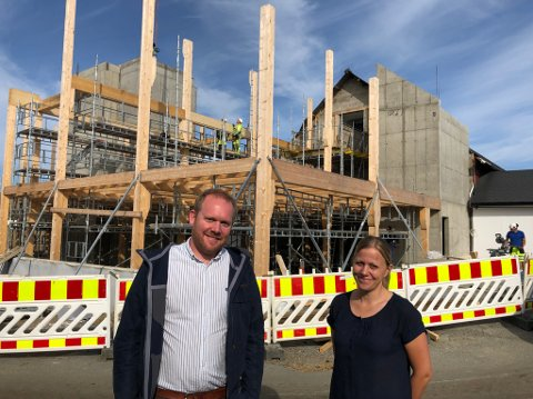 – Vi trengte uansett kontorene, sier Helga Nordby Vik. Her sammen med Kristian Tangen, daglig leder i Nordby Maskin, foran nybygget.