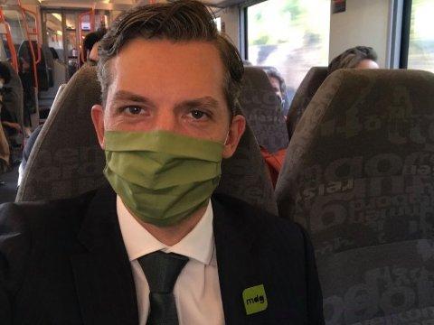 PÅ TOGET: Kristoffer Robin Haug toger rundt fra valgvake til valgvake. Hvis MDG klarer å gjenskape brakvalget fra 2019 kan han få direktemandat inn på Stortinget etter i kveld.