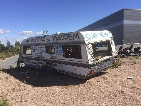 FORURENSNING:Noen har hensatt en gammel og utrangert campingvogn hos Grønn Industri i Røyken Næringspark.