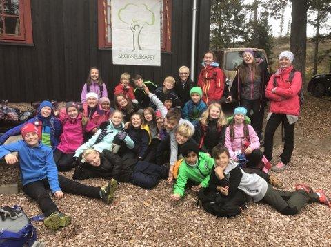 Mange fornøyde sjetteklassinger ute i skogen.