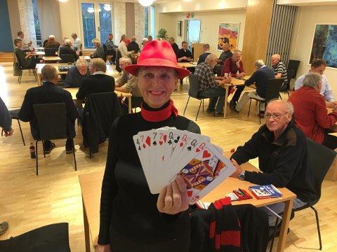 Bjørg Kjølner og de andre medlemmene i Asker Bridgeklubb inviterer røykenbøringer og huringer som vil spille bridge, til Asker.
