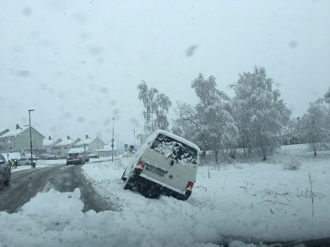 KJØRTE UT: Dette er bare en av svært mange på Østlandet som kjørte ut av veien etter snøfallet mandag morgen. Bildet er fra Spikkestad.