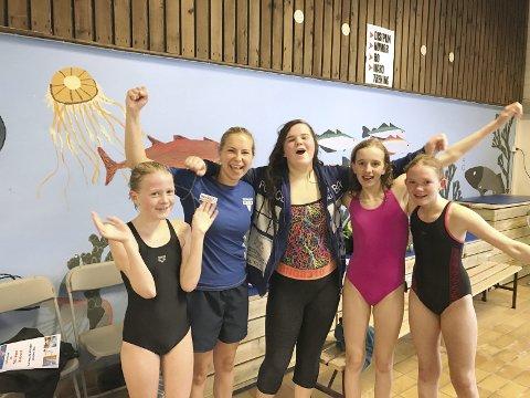 DEBUTERTE FOR ROS: Nora Elise Dyrrdal, Magdalen og Natalia Havnen, Emily Aker sammen med trener Rebecka Sterri på stevne i helgen.