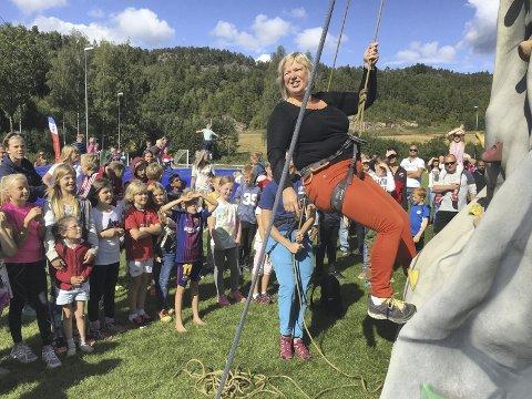 SPORTY: Ordfører Eva Norén Eriksen står fram som en flott rollemodell der hun bryner seg på det mobile klatretårnet.