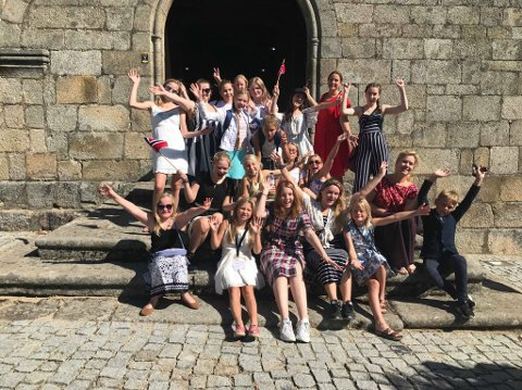 PÅ KIRKETRAPPA: Røyken pike- og ungdomskor sang seg til sølv i korkonkurranse i Portugal i 2018. Nå skal de synge med Sølvguttene.