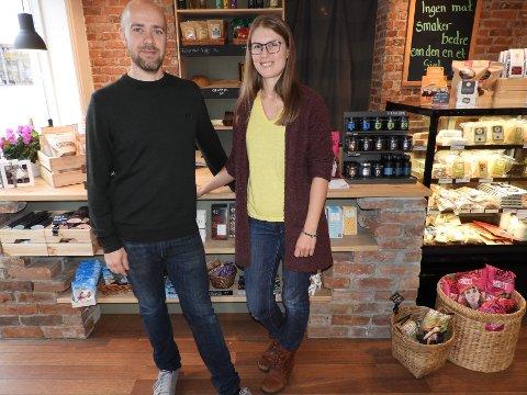 FORØYDE: Ida Seim Jakobsen og Kristoffer Follestad  åpnet butikken i sommer.