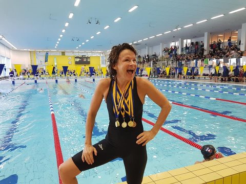 FIRE GULL: Utflyttet bødaling Tina Mjelde (56) tok to individuelle gull og en bronse, i tillegg til stafettgullene for askerdamenes førstelag.