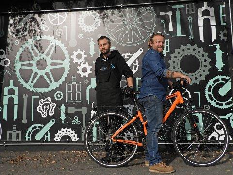 SERVICEINNSTILTE: Daglig leder Martin Xiros Villard og mekaniker Arek Lamecki i Pro Sykkelservice på Slemmestad.