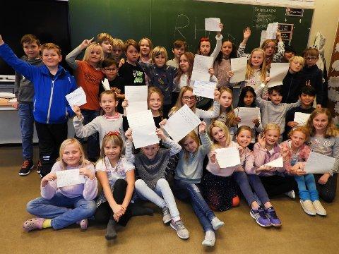 MANGE SPØRSMÅL: Elevene i kLasse 4 A og B ved Torvbråten skole hadde skrevet ned spørsmål til RHAs utsendte journalist.