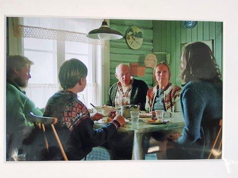 I STUA: Bilder fra scener i TV-serien Lykkeland i Gjellumstua. (Foto: NRK/Maipo film)